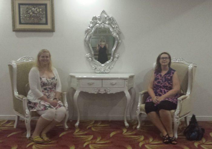 Kandy hotel Anne og Tora i fine stole med Anette (klippet)