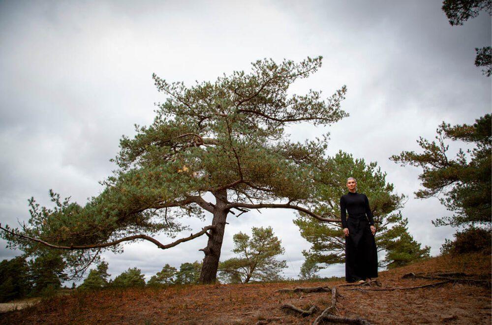 Kvinde ved træ