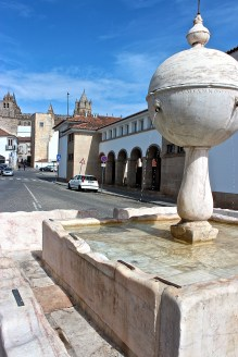 The fountain at the Largo da Porta de Moura (Gateway to the Moors), dates to the 16th century and was used for washing cattle and clothing, as the worn spots on the marble reveal.