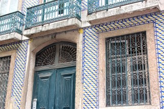 Many houses have been restored, while others have lost their tiles due to time (or to collectors.)