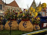 I particularly like that this bank float makes a broad hint at all the money the bulbs pull in for the Netherlands. Note that the sacks themselves are made of bulbs.