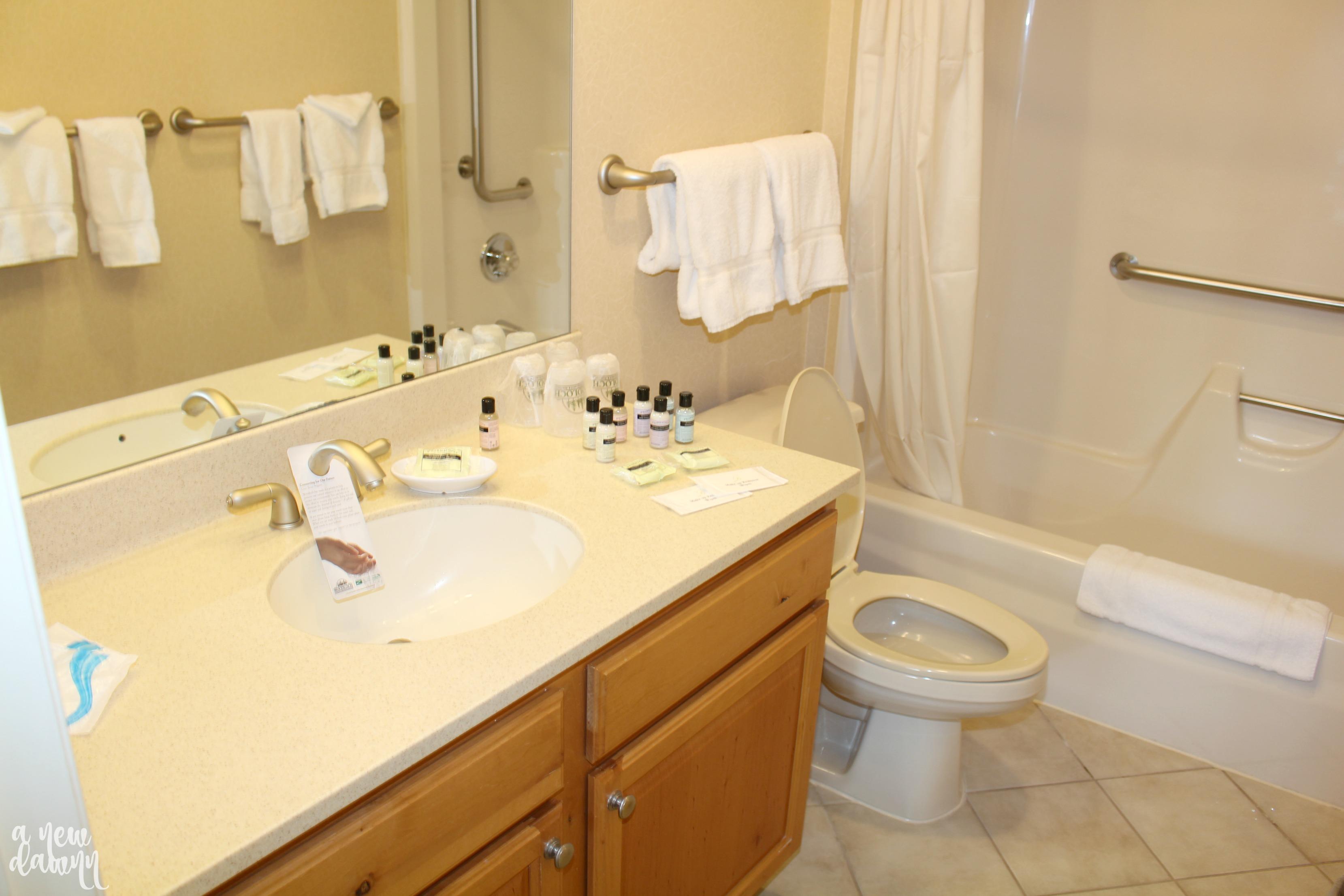 Woodloch-room-main-bath