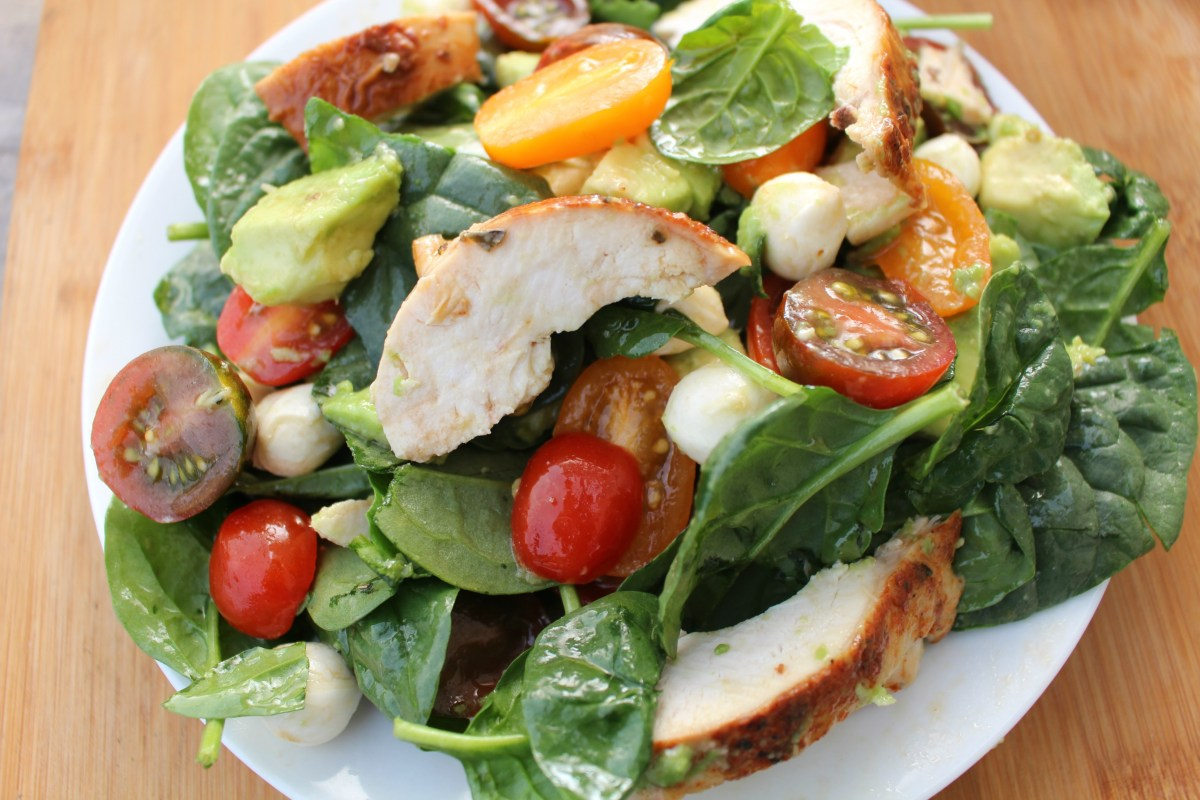 Avocado Caprese Chicken Salad with Lemon Balsamic Dressing + Enter to Win a Rubbermaid BRILLIANCE Snack & Salad Set