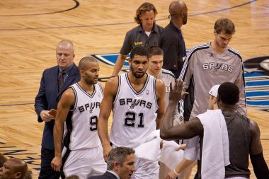 1200px-Tim_Duncan_approaches_bench_Spurs-Magic078