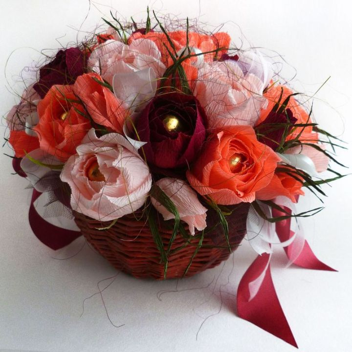 Корзинка из конфет: Коралловые розы