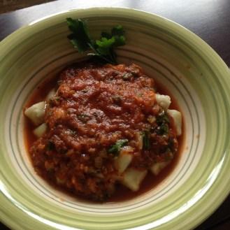 Nhoque de batata doce com molho de tomates feito num instantinho