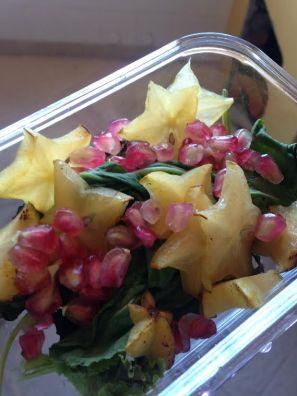 Salada de azedinha, alface crespa roxa, carambola e romã ®SKLindemann