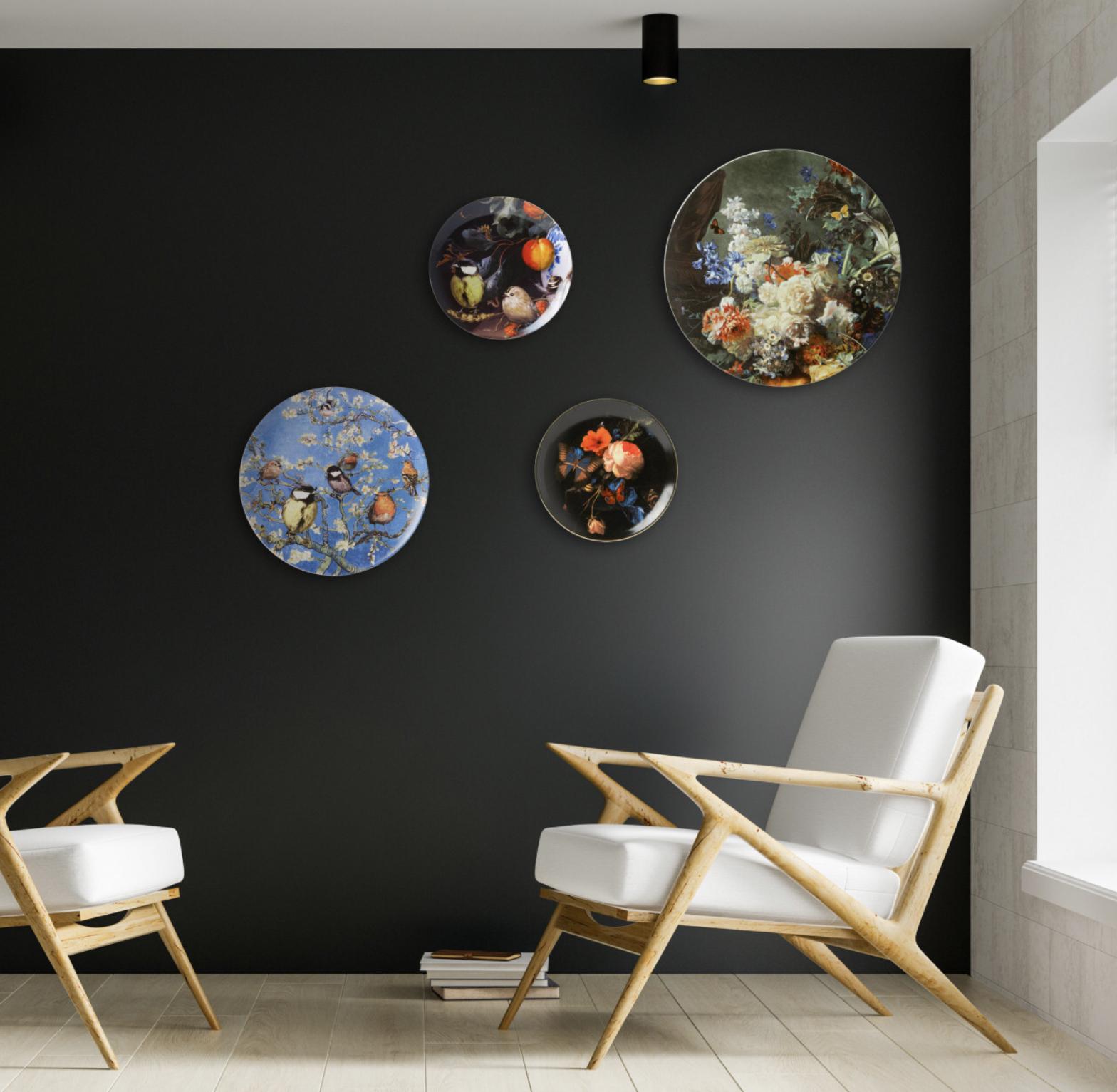 Dit stijlvolle wandbord is zeer geschikt om cadeau te doen aan vrienden familie of collega`s - zelfs als uniek relatiegeschenk - dat maakt zeker indruk. Een schitterende bloemenpracht voor aan de muur. De wandborden zijn gemaakt van porselein en hebben gaatjes aan de achterkant waardoor ze eenvoudig kunnen worden opgehangen. Kortom, dit wandbord is een ideal decoratiestuk om je huis sfeer te geven en om eindeloos te combineren met andere Delfts blauwe wandborden Angelart Kunst en zo