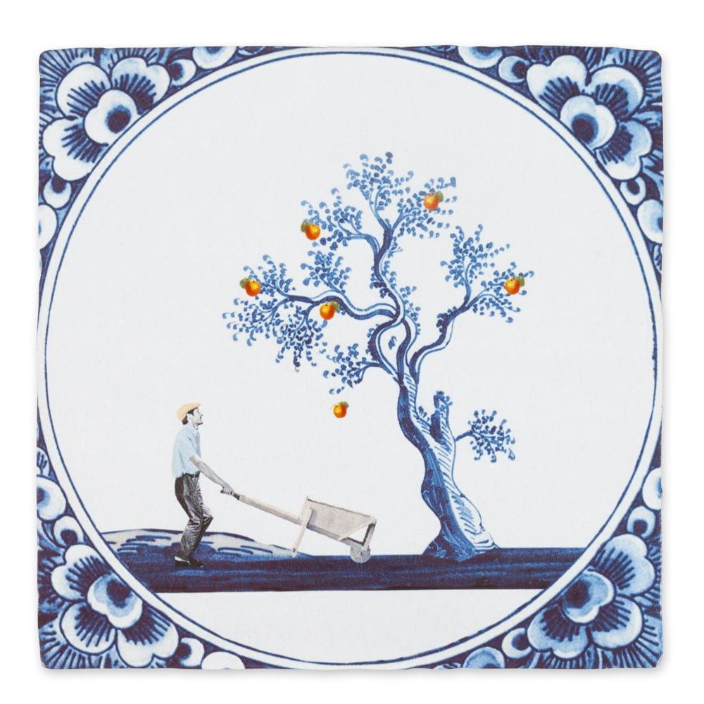 Jeetje wat lijk jij op je …! Deze in oud Hollandse stijl ontworpen tegel neemt je mee op pad met de fruitplukker. Aan het eind van de dag zit zijn wagentje vol appels. Appels die niet ver van de boom zijn gevallen.