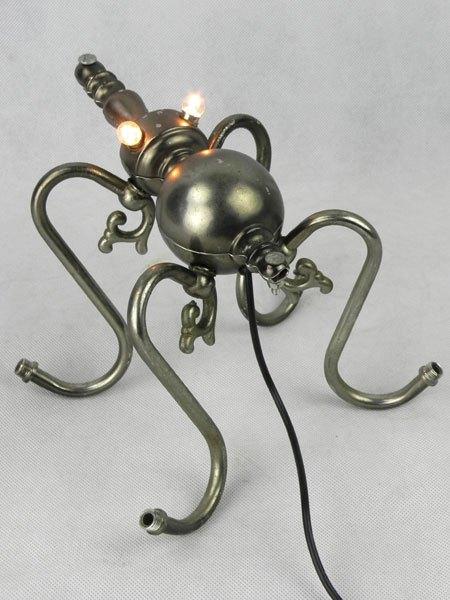 Applex. Sculpture araignée par détournement d'appliques.