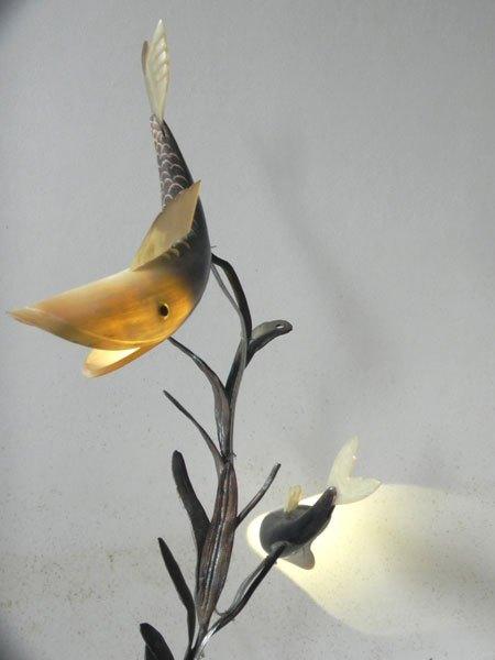 Aquapois. Sculpture arbre à poissons lumineux. Assemblage poissons en corne, élément décoratif floral en fonte sur un marbre de coupe de sport.