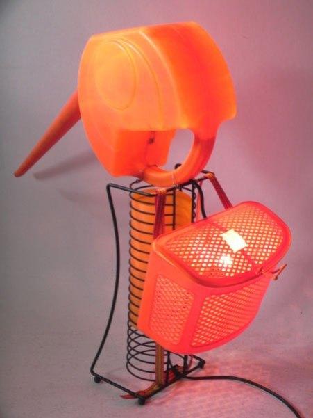 Arnik. Sculpture insecte lumineux orange. Assemblage d'un arrosoir, un panier de pêche enfant et un porte cd. Orange et noir.