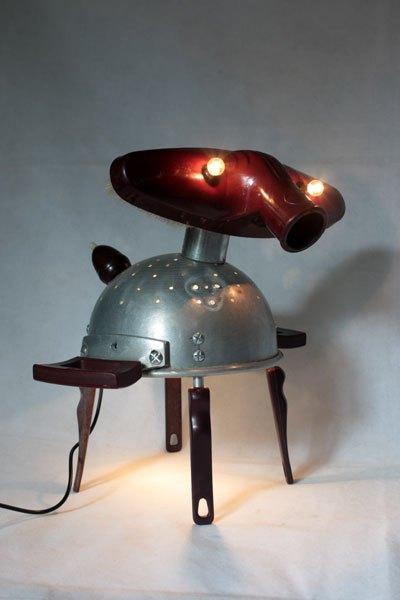 Bakafant1.Sculpture éléphant passoire et aspirateur. avec poignées de passoire et de louches, interrupteur poire. Lampe sculpture figurative.