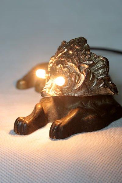 Benidog4. Sculpture lumineuse corps de chien et élément de bénitier. Assemblage curieux.