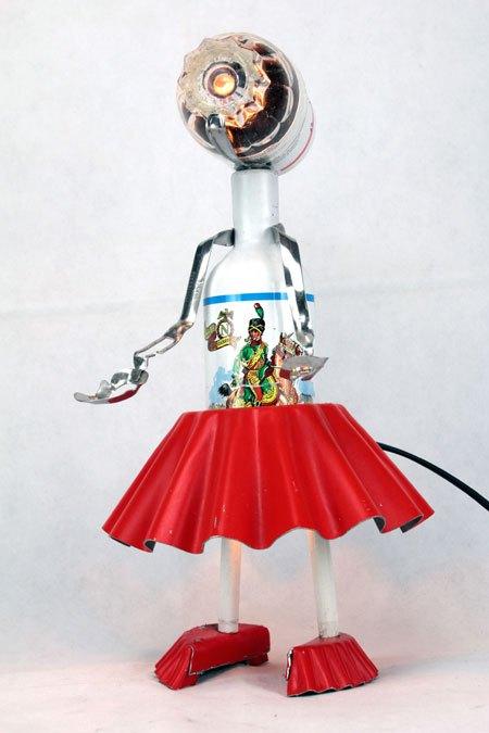 Bierarme. Sculpture féminine cuisine. Assemblage d'objets: bouteille de bière, moule à gâteau