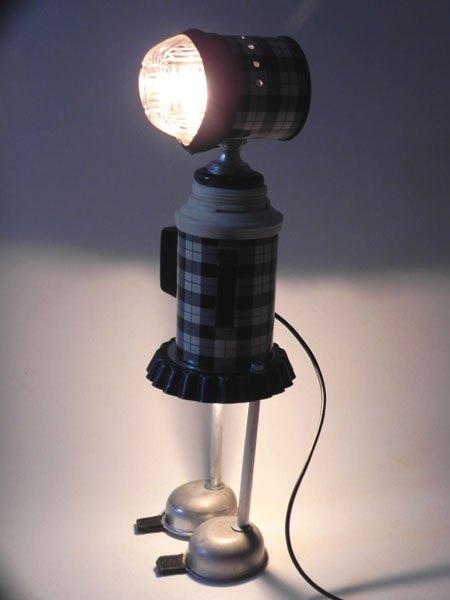 Blaceco16. Fille lumineuse avec thermos vintage , ramequin, chambre à air, mini moules, poignées. Noir et blanc.