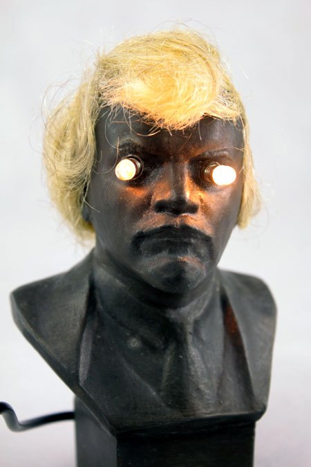 BlondLenine. Détournement lumineux statue de LENINE . Composition:buste de Lénine, morceau de perruque, cheveux.