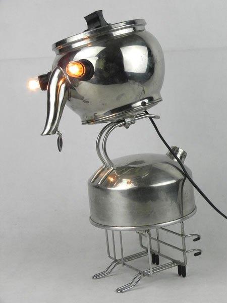 Boubird. Sculpture assemblage de deux bouilloires. Inox et métal chromé. Détournement d'objets de cuisine.