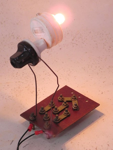 Boulore. Sculpture détournement de composants électriques.