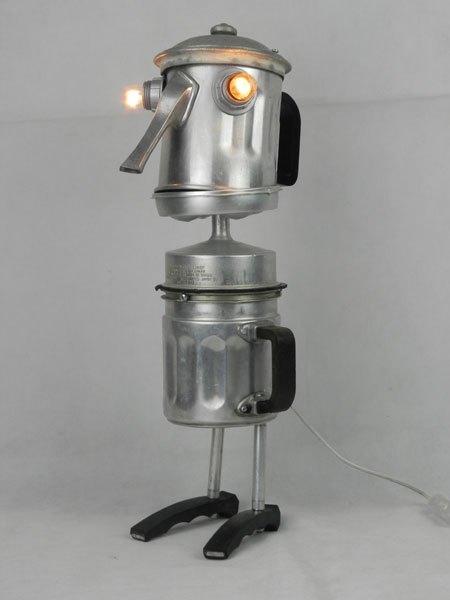 Cafbassin. Sculpture avec une cafetière recomposée. Assemblée avec un couvercle, des filtres et des poignées.