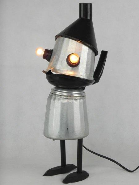 Caftin. Personnage lumineux bicolore. Assemblage d'une cafetière italienne ancienne avec arrosoir et moules à friand.