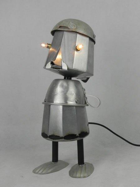 Caloucheine. Cafetier lumineux et ventru. Assemblage d'une cafetière italienne, une louche et une tasse de camping, deux moules à madeleine en guise de pied.