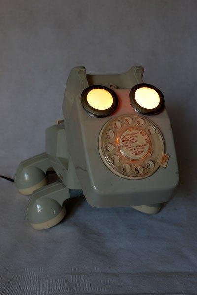 Chingap1. Animal téléphonique, assemblage de jouet vintage, détournement de jouets, recyclage de plastique. Gris et crème.