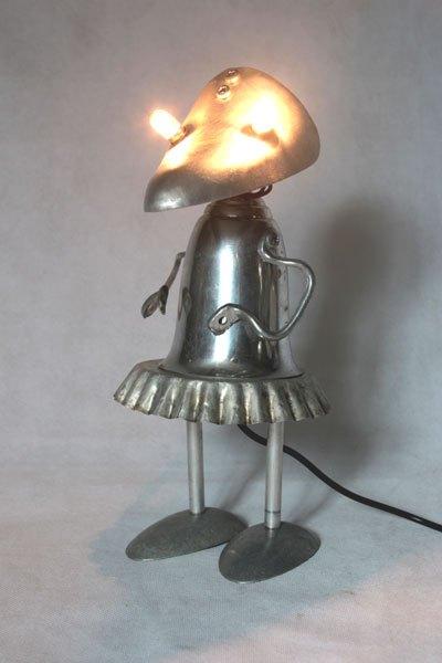 Clubalup1. Lampe féminine par assemblage d'aluminium. Composition: embauchoir, coupe de sport, moule à tartelette, cuillères, anses .