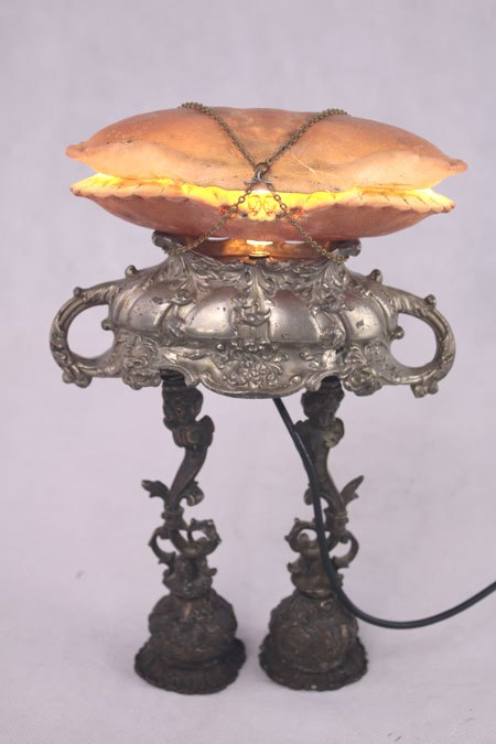 Crasoupe. Assemblage de deux crabes et d'une soupière miniature, avec deux bougeoirs figuratifs.