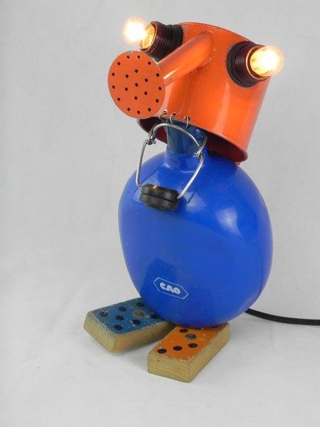 Domange. Assemblage arrosoir et gourde sur deux dominos anciens, orange et bleu. métal, bois peint plastique. Jeux, détournement, lampe