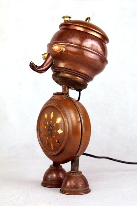 Facuife. Assemblage d'objets en cuivre: mini bouilloire, chauffeuse, couvercle, mini-tasse.
