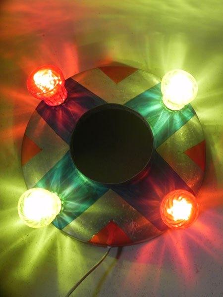 FForain. Macaron lumineux aluminium fête foraine. Composé d'un cône peint en rouge et bleu et quatre ampoules de fête foraine rouges et jaunes.