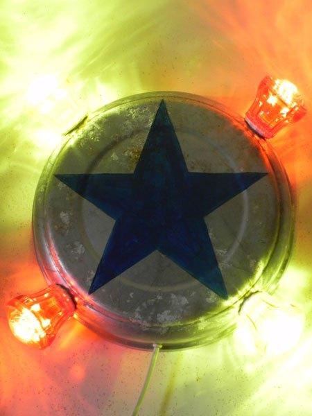 FForain4. Applique fête foraine, étoile bleu peinte sur une gamelle en aluminium, ampoules de fête foraine rouges et jaunes.