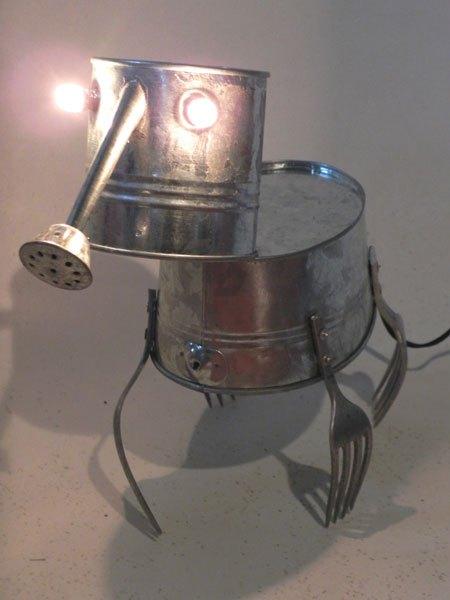 Galsine. Sculpture animal à trompe et 4 pattes fourchette. Assemblage d'un arrosoir, une bassine et 4 morceaux de fourchettes.