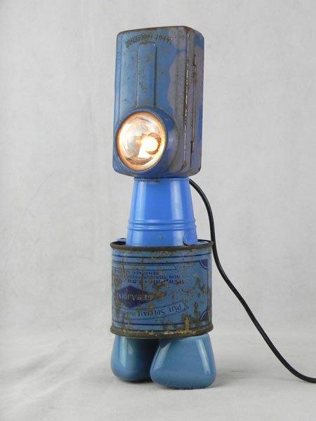 Gebajoint. Détournement d'une lampe de poche bleue avec un mini seau, une boite de plomberie et 2 poignées de robinet.