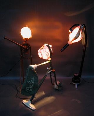 assemblage avec plastiques, objets lumineux. Récup, recyclage