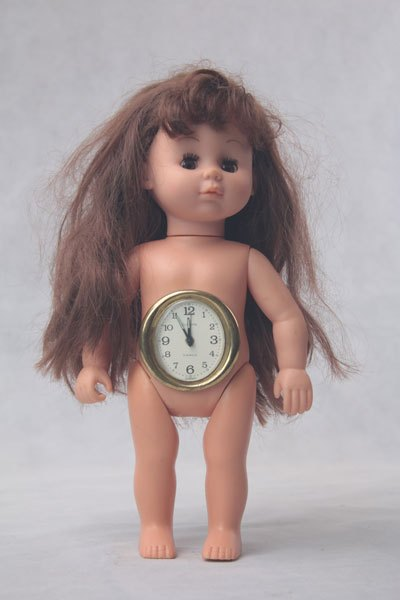 Horlogeinterne04. Horloge interne, association d'une poupée et d'un réveil. Détournement d'objets.