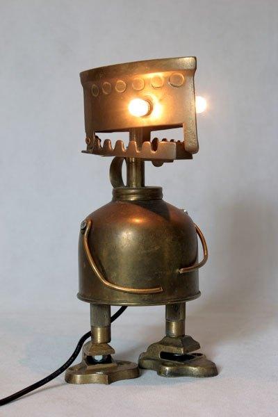 Laiferdentp1. Personnage en laiton avec fer à repasser boite décorative, vaporisateur, pièces de crochets.