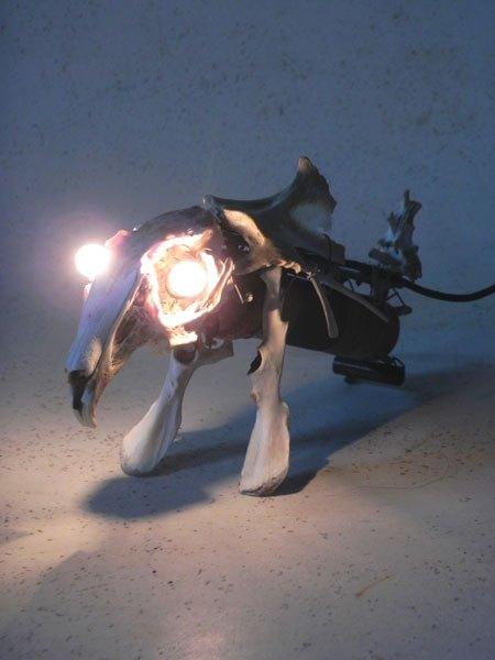 Lapoulet. Sculpture d' animal en os de lapin et de poulet. Assemblage avec composant électronique ancien. Lumineux.