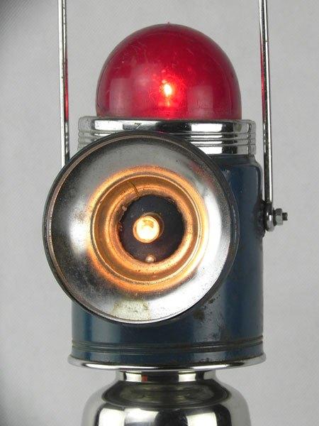 LeVeilleur. Robot lanterne lumineuse. Assemblage d'une lampe portative à 3 éclairages, un shaker et une barre de salle de bain. Bleu, rouge et inox.