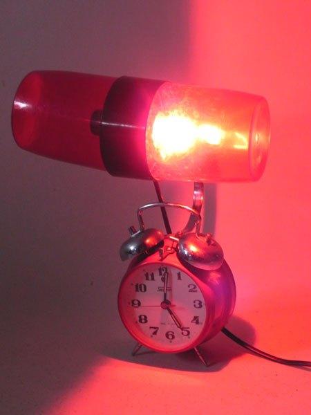 lever. Sculpture réveil et shaker lumineux rouge.