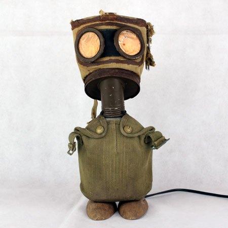 maskagaz1. Masque à gaz détourné lumière. Assemblage d'un masque à gaz 1939, gourde avec housse d'époque, embauchoirs.