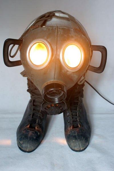 Maskatin. Sculpture masque à gaz 1939 sur patin à glace avec une grosse gamelle ancienne, animal curieux et lumineux gris et noir.