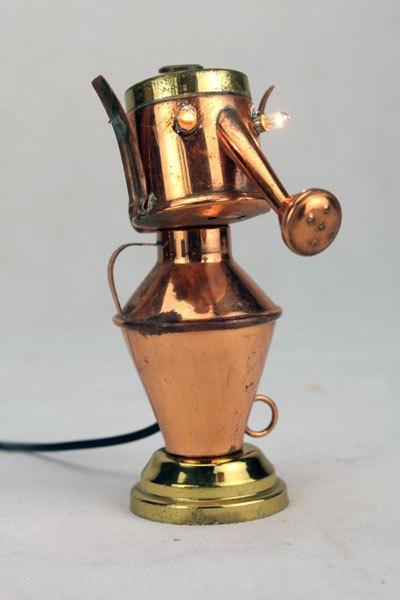 Minisoire. Mini sculpture lumineuse en cuivre. Assemblage d'un arrosoir et d'une jarre miniature.