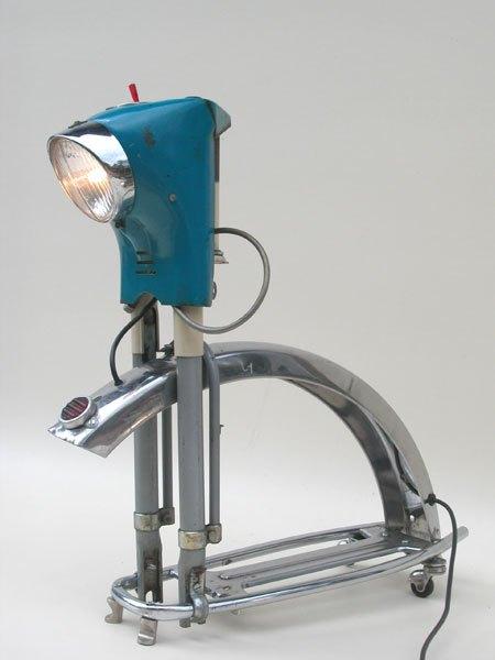 Moburette. Assemblage lumineux morceaux de mobylette, moto, garde boue, porte bagage, catadioptre, phare. Vintage, bleu, crème, gris.