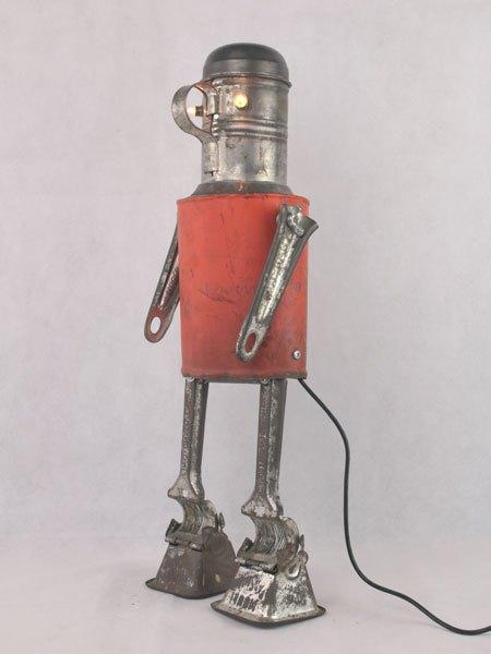 Parsminti. Robot de cuisine lumineux avec une boite de conserve utilisée pour les clous, saupoudreur ancien, deux manches de moulin à légumes, deux moulinettes.