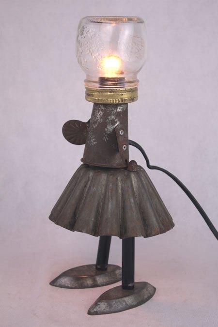 Patimiel. Sculpture fille en moule à gâteaux. Assemblage d'un moule à brioche rouillé, un cône de couronne...