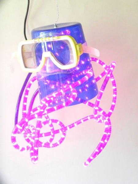 Poulpevi. Détournement d'objets en plastique. Assemblage d'un sceau à glaçons bleu, masque de plongée, lumistyle violet.