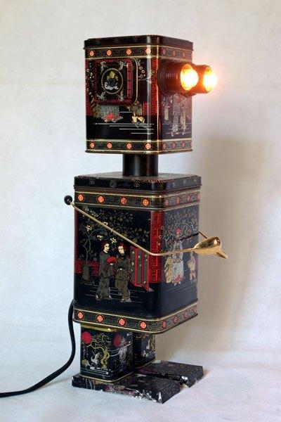 Robasie2. Robot en boites à thé. Assemblage de boites métalliques, recyclage d'emballage. Détournement lumineux.