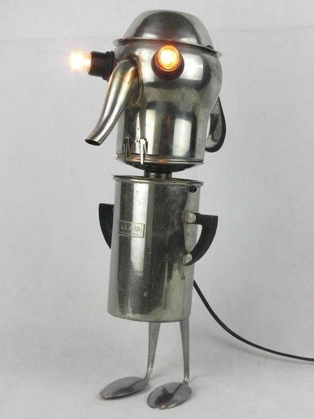 Salamax. Personnage sculpture par assemblage d'une cafetière, un filtre, un couvercle, deux cuillères et un bol. Inox et bakélite.